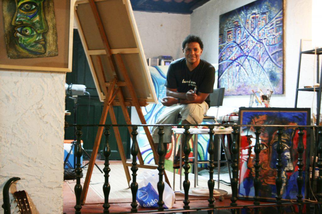 artista em frente a telas