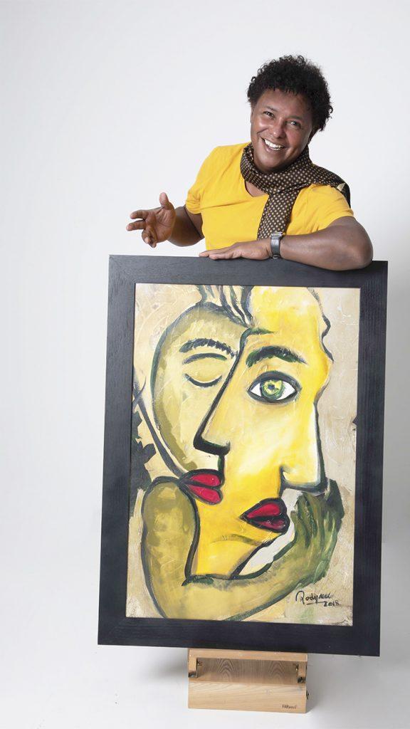 quadro amarelo segurado por artista renato rodyner de camisa amarela
